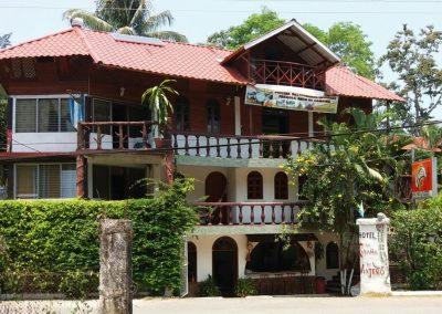 fachada hotel cabaña del viajero